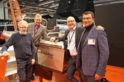 Kent Forsberg, Micke Olsson, David Stenlund, VD Ockelbo Boats samt produktionsansvarige Edmund Krastins.