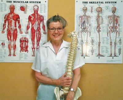 Lotta Lundborg, legitimerad sjukgymnast behandlar med akupunktur och laser.