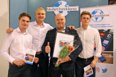 Oskar, Liam och Martin på Mediautvecklarna UF tillsammans med sin Rådgivare Joe Formgren.