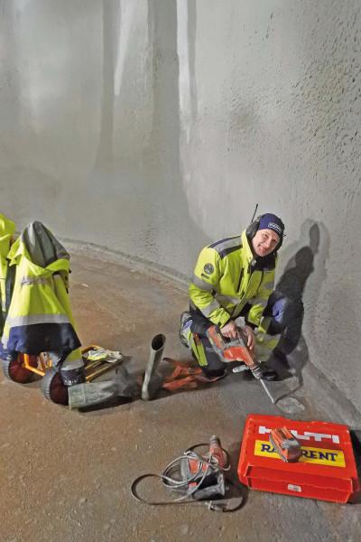 Jim bilar bort trasig yta för att sedan laga detta med ny betong.