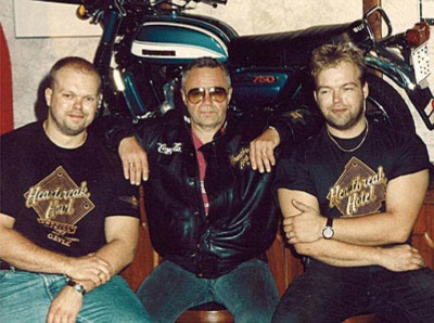 Joe och magnus Formgren med Jerry Williams inför invigningen av Heartbreak Hotel i Gävle.