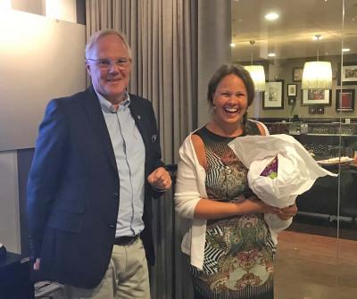 Tidigare ordförande Malin Åhman avtackades av nyvalde styrelseordförande Arnfinn Fredriksson.