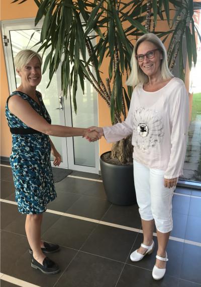 Kerstin Hansson, Näringslivschef, hälsar Ann-Christin Käll, NyföretagarCentrum, välkommen till Sandbacka Park i Sandviken. Foto NyföretagarCentrum