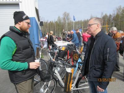 Hans-Olof Öberg pratar elcykel med en kund. Foto: Torbjörn Edlund