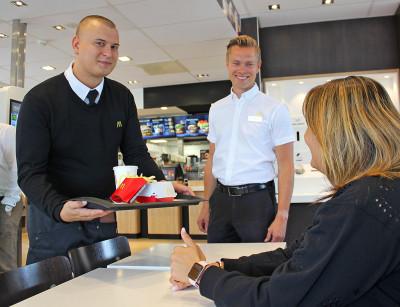 Restaurangchef Ludvig Persson tillsammans med delmarknadschefen Johan Nordin erbjuder bordsservering på bland annat på McDonald's Hemlingby i Gävle.
