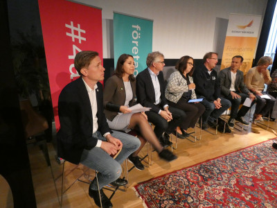 Fr v: Roger Hedlund (SD), Andrea Bromhed (MP), Per Åsling (C), Martina Kyngäs (KD), Lars Beckman (M), Per-Åke Fredriksson (L), Ulla Andersson (V) och Åsa Lindestam (S).