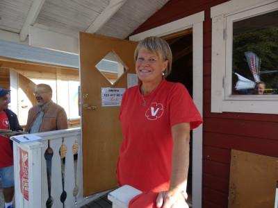 Ulla Andersson (V) utanför valstugan