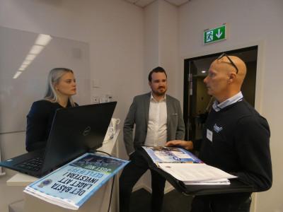 Malin Markström och Sebastian Zettergren, Gefle IF, pratar med Jana Avermo, Sunda Tvättmedel