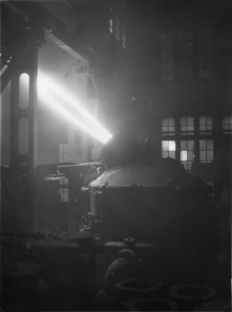Bessemerblåsning. Sandvikens sura bessemer lämpar sig särskilt väl till sådana eggverktyg, av vilka man fordrar hög och varaktig skärpa, 1929 (Tekniska museet)