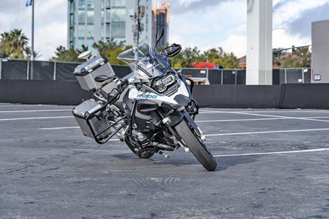 BMW visade upp självkörande motorcykel