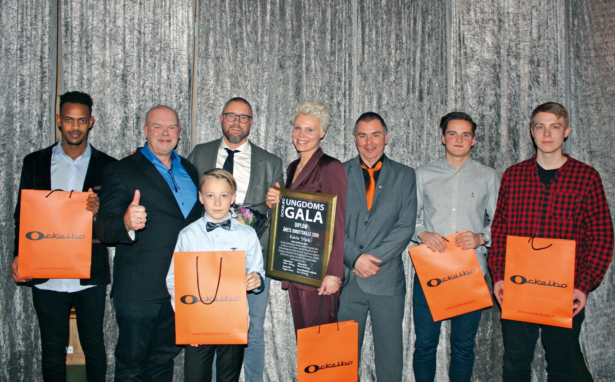 Joe Formgren och Mikael Olsson delade ut priser Årets Idrottskille på Ungdomsgalan i Ockelbo.