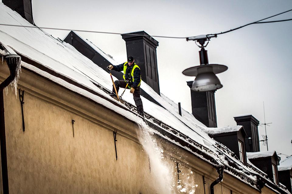Snöfall och blåsigt väder - dags att skotta taket