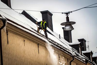 Även om byggnadens konstruktion klarar snötrycket kan snöras och fallande istappar orsaka skada