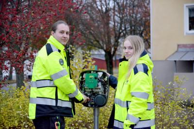 Jesper Sjödin och Ingrid Gestrin är servicemontörer på Midroc och arbetar med att sätta upp laddstolpar för laddinfrastrukturprojektet.