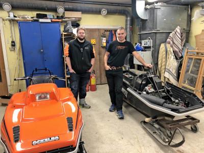I verkstaden med en orange 5000 som nästan är klar samt den svarta modell Fighter som också börjar bli färdig.
