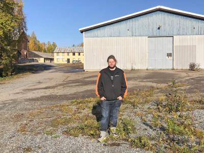 Oliver utanför Lundgrens klassiska båtfabrik i Mo, norra Ockelbo.