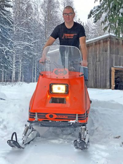 Mikael Olsson hemma i Ockelbos vinterlandskap på en Ockelbo 600