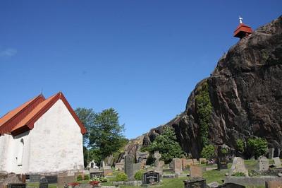 Svenneby gamla kyrka med klockstapeln på berget