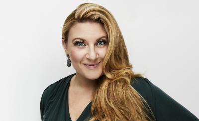 Sarah Dawn Finer leder direktsändningen Eurovision: Sveriges 12:a. Foto: Magnus Rangvid/SVT