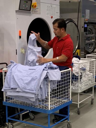 Naradom Close laddar tvättmaskin