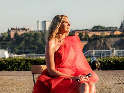 Sanna Nielsen leder Allsång på Skansen även nästa sommar