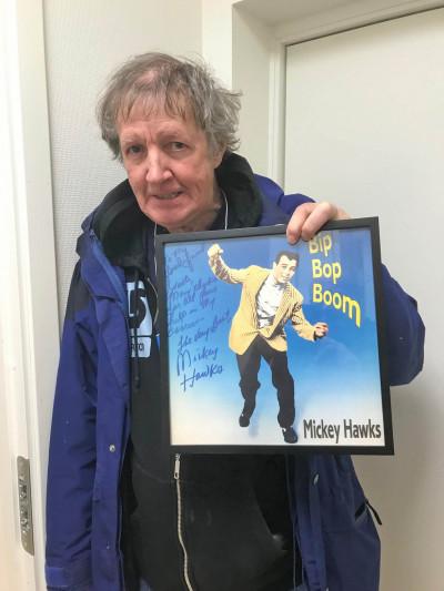 """En av de sista bilderna på Svante med med signerad skiva av """"husguden"""" Mickey Hawks. Foto: Joe Formgren."""