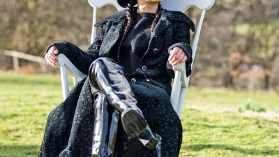 Engelska sångerskan Scarlett Quinn i boken om exklusiva gummistövlar