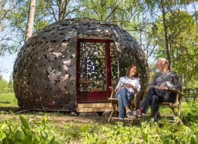 Axmar bruks nya attraktion konstverket Järn-Britas koja som man kan övernatta i. Foto Carina Remröd.