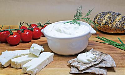 Kopanisti - en pikant fetaoströra. God och kryddig dipp. Perfekt till ostbrickan.