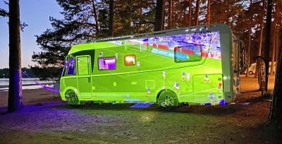 Världens smartaste mobila multimediaprojektor projicerar på husbil.