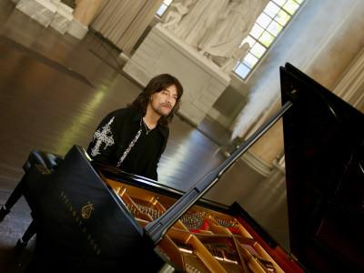 Robert Wells solo vid flygeln släpper ny musik och beger sig ut på konsertturné!