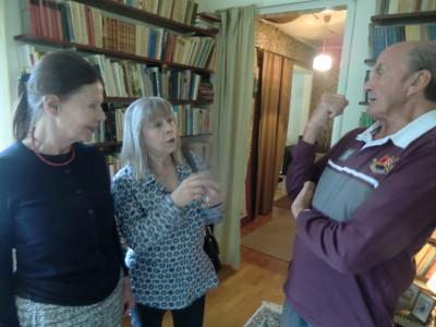 Lena Bergkvist och Simone Stenberg (f Byman) Pratar minnen med Gejje Persson