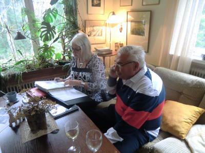 Birgitta Andersson tittar på bilder medan Ulf Oskarsson pratar i telefon med syster Karin Blomkvist, som tyvärr inte kunde vara med