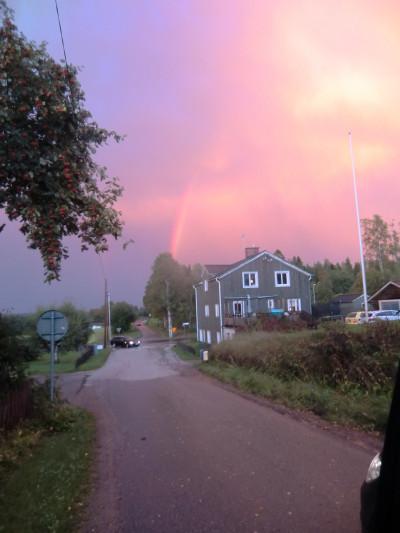 En kraftig åskby och ett ösregn avslutades med en praktfull regnbåge över huset vi bodde i och där Otto och Anna Edlund drev affär