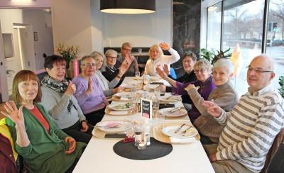 Medlemmar från SeniorPorten samlade på lunchträff i Gävle.