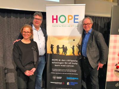 På plats i Jönköping under Bagarhjälpens insamlingsauktion fanns en av initiativtagarna till HOPE – Johanna Hoffstedt, Jörgen Englund, VD på Din Bagare, samt Per Kogner som är överläkare på HOPE. Johanna Hoffstedt och Per Kogner berättade om